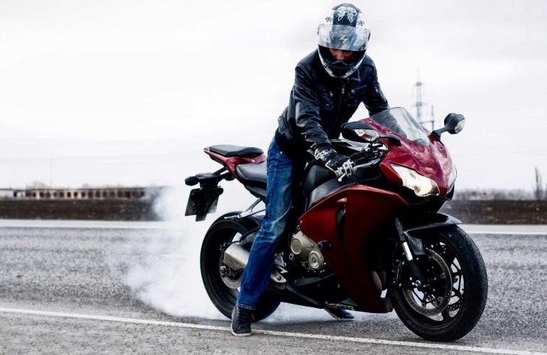 На мотоцикле в шлеме