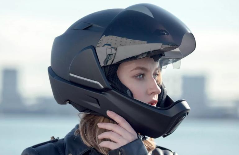 Шлем на девушке