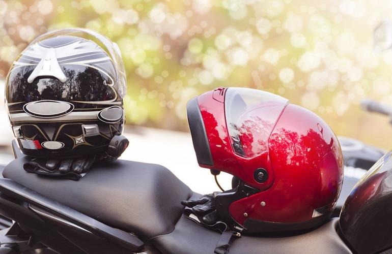 Два шлема на мотоцикле