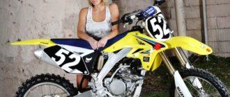Девушка возле кроссового мотоцикла