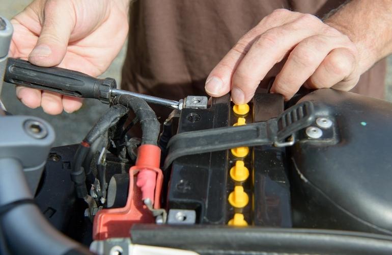 Извлечение батареи из мотоцикла